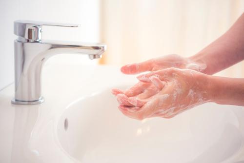 Skuteczne sposoby na oczyszczanie dłoni z bakterii i wirusów